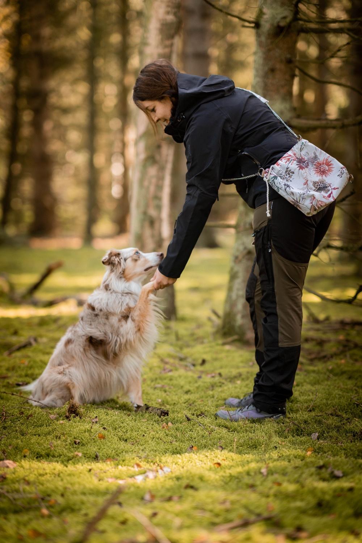 Mit der Tasche im Wald