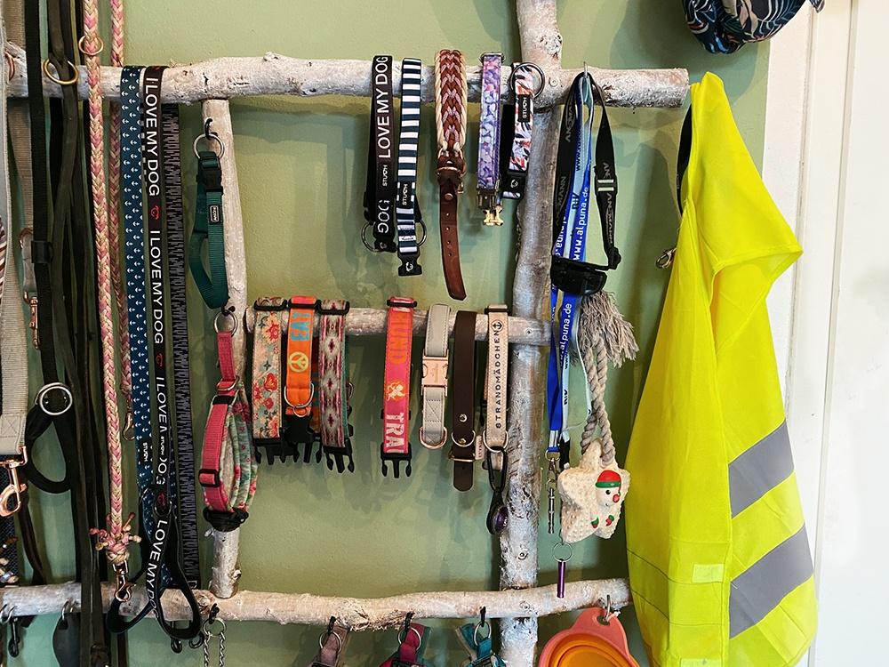 Halsbänder an Leinengarderobe